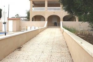 Buy villa with garden and swimming pool. Torrevieja. Alicante.